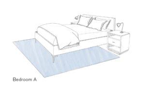 Doppelbett befindet sich zu zwei-drittel auf dem Teppich, der Nachttisch steht daneben