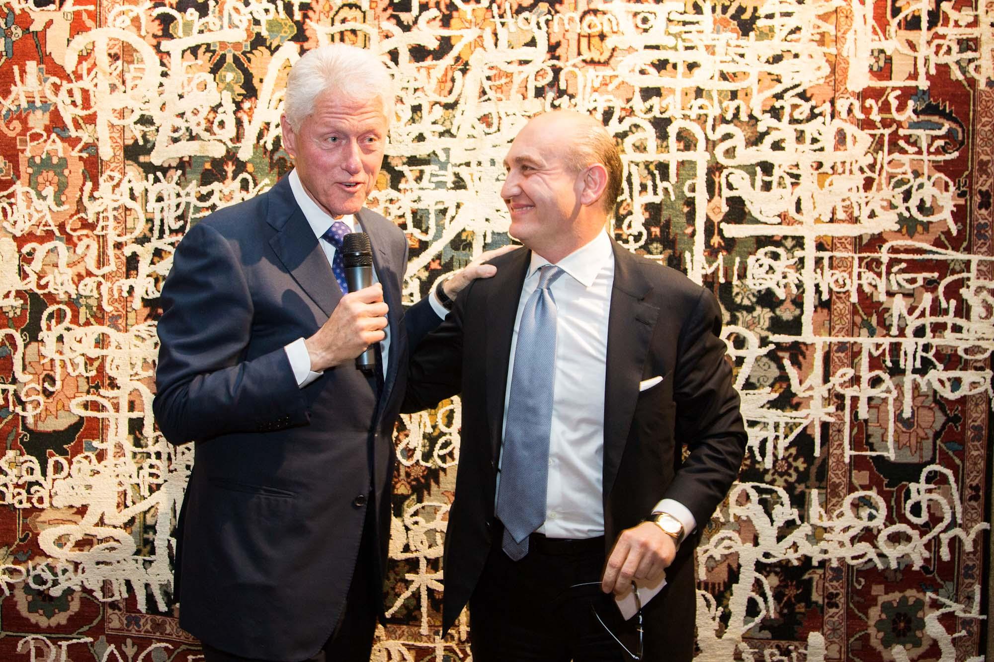 Übergabe des Friedensteppichs an Bill Clinton